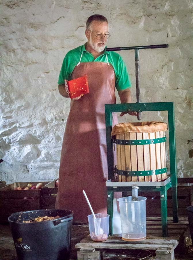 Nick-pressing-at-Vale-Cider-demonstration-at-Kennixton-Farmhouse-St-Fagans-Food-Festival